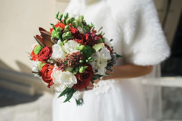 La sposa mantiene un bouquet da sposa