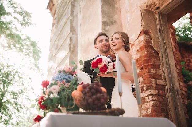 Невеста целует своего жениха во время свадебной прогулки. фото с копией пространства