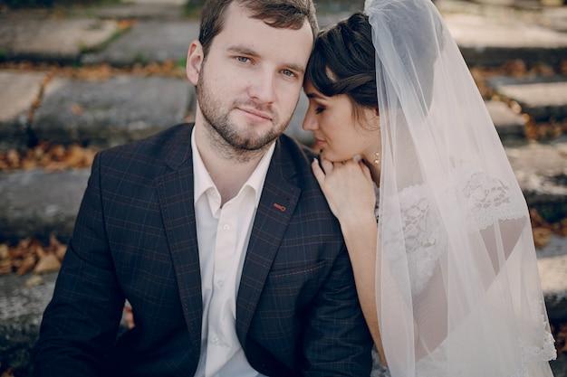 花嫁は夫の肩に寄りかかっ
