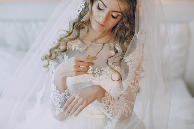 花嫁は彼女の手を見て