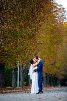 Невеста на фоне осеннего леса