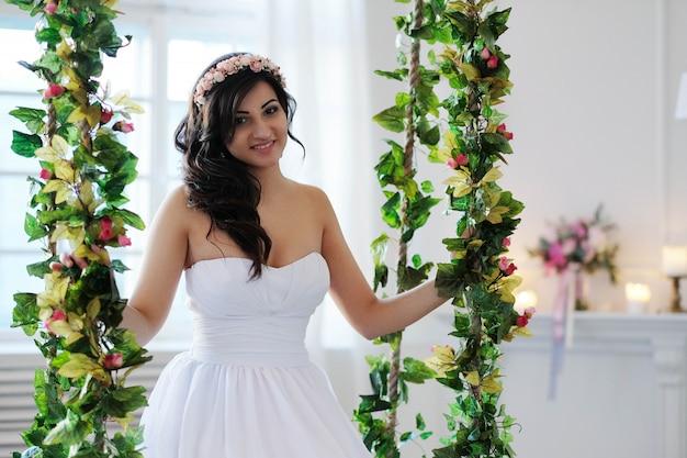 Невеста на качелях с цветами