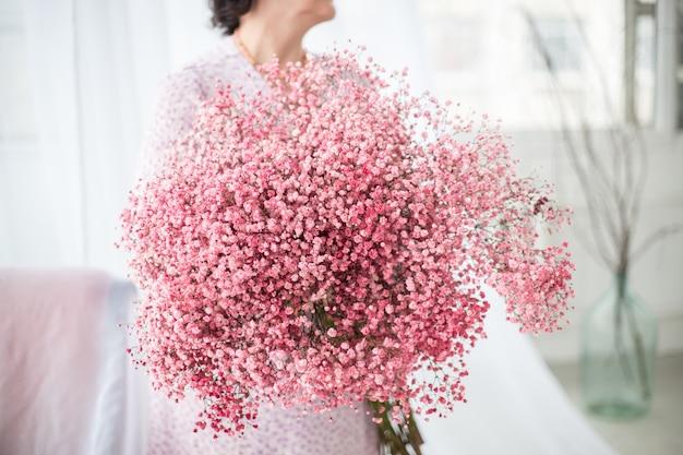 Невеста плюс размер держит букет цветов розовая гипсофила