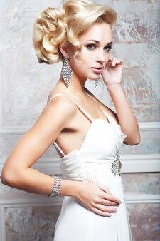 Портрет невесты. молодая женщина. свадебное платье. на фоне стены.
