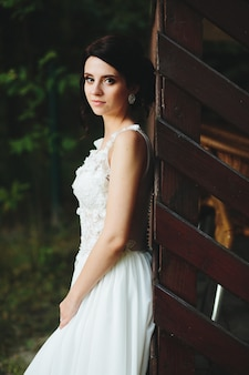 La sposa posa per la macchina fotografica nel parco