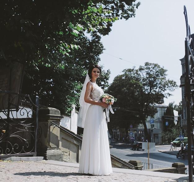 旧市街を背景にポーズをとる花嫁