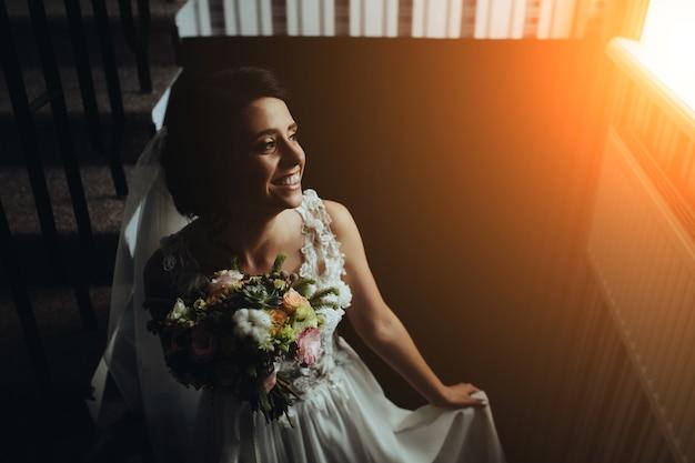 部屋への階段でポーズをとる花嫁