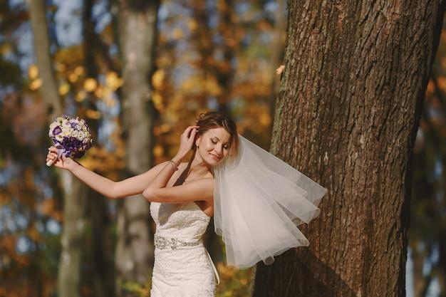 Невеста позирует с вуалью