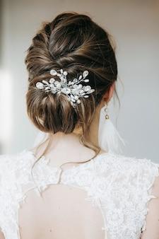Невеста готовится к своей свадебной прическе делает
