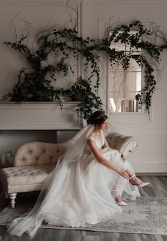 The bride puts on shoes