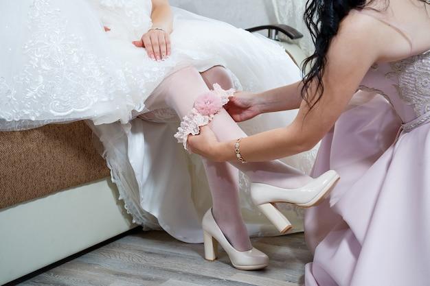 花嫁は彼女の足に白い靴を履きます