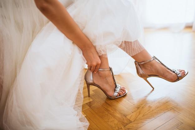 花嫁は彼女の靴を履いて、クローズアップ