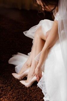 彼女の靴を履いている花嫁