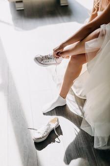 白いスニーカーを履く花嫁。