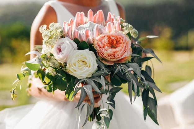 Bride's walk. красивая невеста в классическом платье гуляет с ар