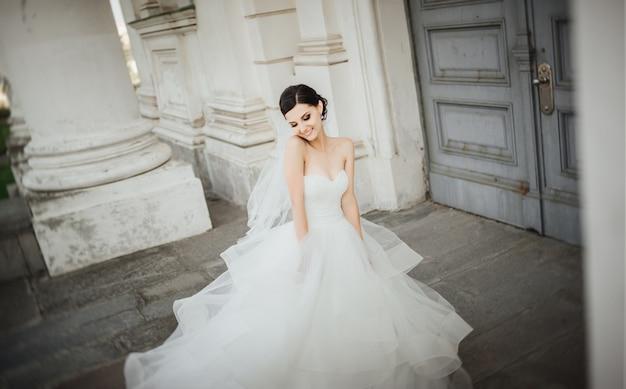신부 웃고입니다. 아름 다운 신부의 웨딩 초상화입니다. 혼례. 결혼식 날.