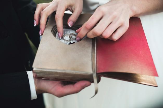 결혼 반지를 복용하는 신부