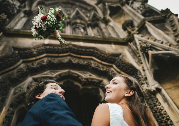 花束を投げる花嫁