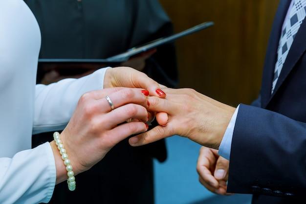 新郎の指に花嫁の摩耗リング