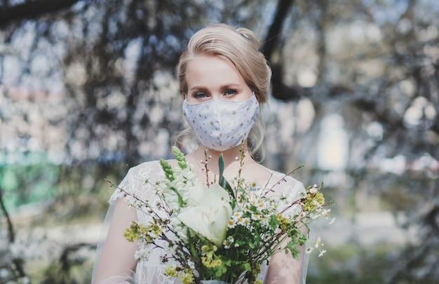 防護マスクに花束を持つ花嫁