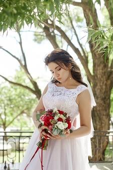 그녀의 손에있는 꽃의 부케와 신부