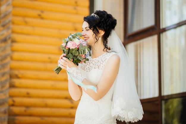 Невеста с букетом, улыбаясь. свадебный портрет красивой невесты. свадьба. день свадьбы.