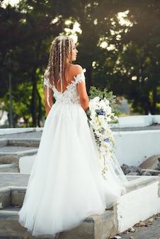 Невеста с красивым букетом орхидей