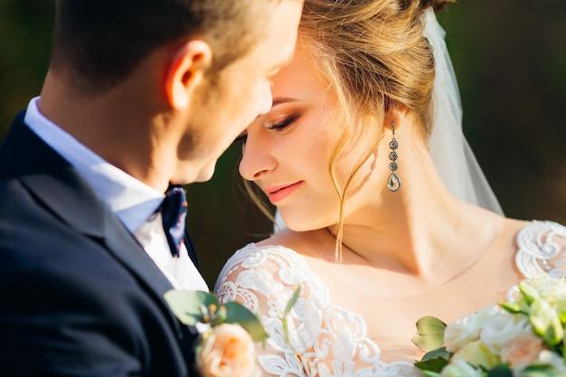 新郎の近くの美しいメイクと髪型の花嫁