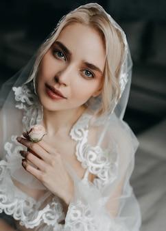 ブロンドの髪と青い目を持つ花嫁 Premium写真
