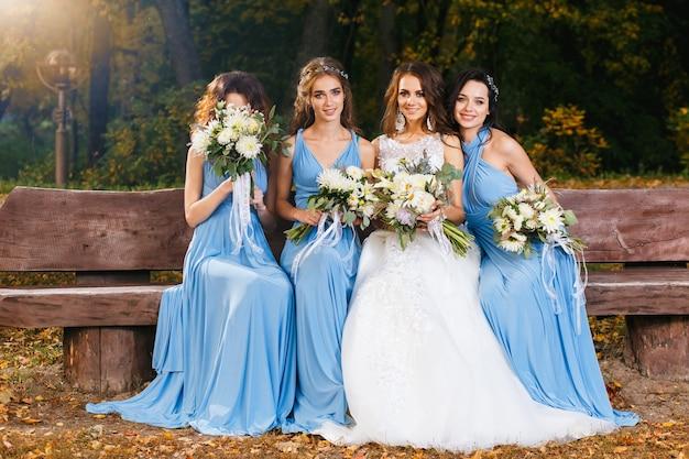 結婚式の日に公園で花嫁介添人と花嫁