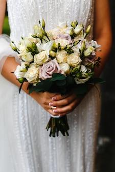 꽃 부케와 신부 프리미엄 사진