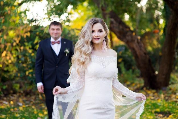 庭でベールと花婿と花嫁