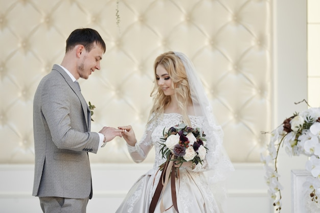 신부의 여성과 신랑은 결혼을 등록합니다. 자연 속에서 결혼식. 영원히 사랑하다