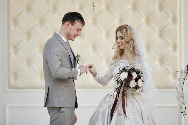新郎新婦は結婚を登録します。自然の中での結婚式。永遠の愛