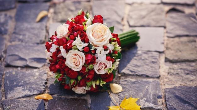 赤と白のバラの花嫁の花束