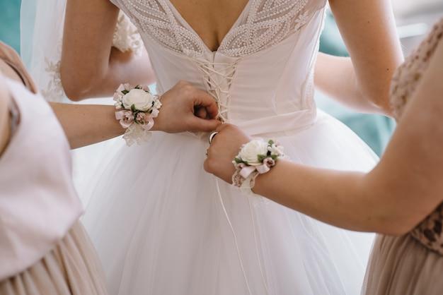 花嫁介添人準備花嫁