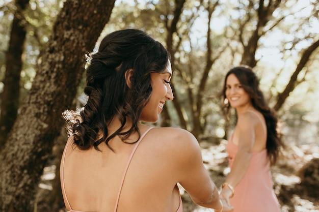 屋外できれいなドレスを着た花嫁介添人