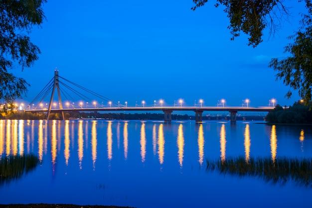 夜に広いドニエプル川を渡る橋。ウクライナ、キエフ。