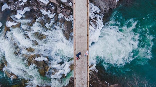 滝を渡る橋オーバーヘッド上面図コピースペース冬季