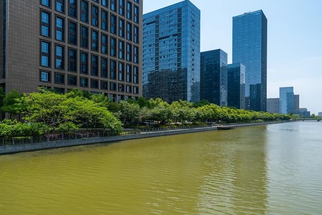 中国寧波東站ニュータウンの橋と金融センターのオフィスビル