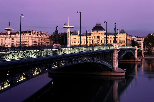 Осенний мост и университет в лионе ночью