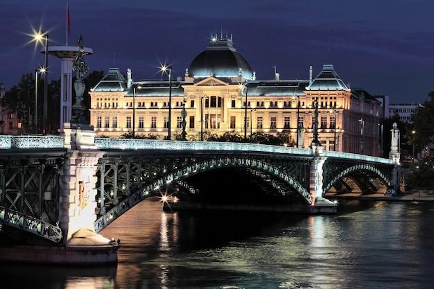 Мост и университет в лионе ночью