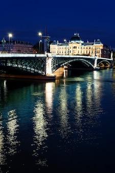 Мост и лионский университет ночью летом
