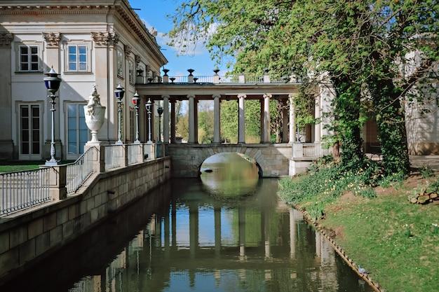 ポーランド、ワルシャワのワジェンキ公園の水上にある宮殿と東岸を結ぶ橋