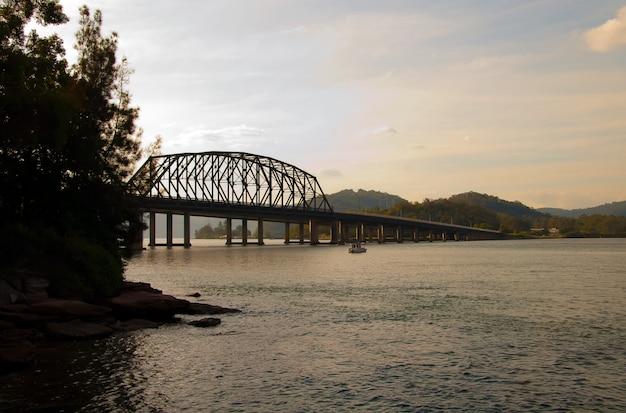 Мост в океане в бруклине, австралия, под небом в дневное время