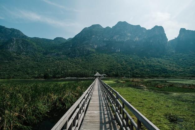 Мост, озеро и гора