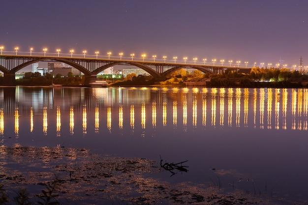 街の夜に橋が点灯