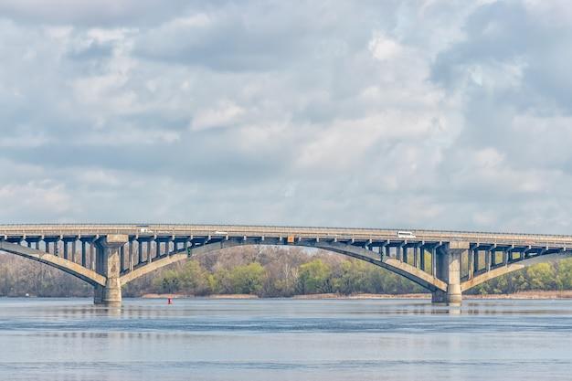 ウクライナ、キエフのドニエプル川に架かるメトロ橋。