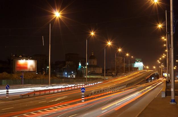 夜の交通インターチェンジの橋キエフ-ウクライナ