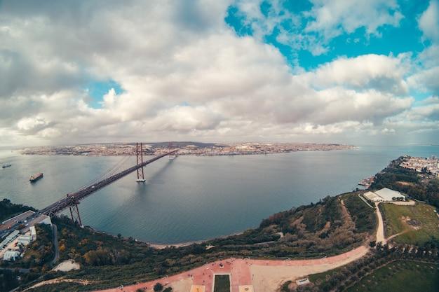 川の真ん中にあるリスボンの橋